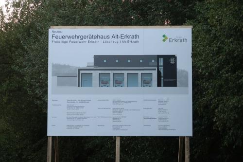 Bauschild mit Zeichnung und beteiligten Firmen